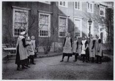 Kalverstraat 92 Burgerweeshuis. Binnenplaats. Spelende meisjes (touwtjespringen). Collectie Stadsarchief Amsterdam #NoordHolland #Amsterdam #wezen #burger