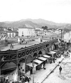 Málaga, Andalucía. Antiguo puente de La Aurora sobré el río Guadalmedina. 1900-1910.  En esta parte del río había gran movimiento comercial, en esas fechas, tanto en la parte exterior, como en su cauce, cuando no llevaba agua.