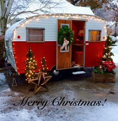 Exclusive Photo of Have A Merry Little Vintage Christmas For Camper. RVs have limited space, acquiring a guest can be near impossible. This vintage rv is a good idea for your camper! The vintage camper is simply darling. Retro Caravan, Retro Campers, Rv Campers, Camper Trailers, Vintage Campers, Vintage Motorhome, Happy Campers, Scamp Trailer, Christmas Minis