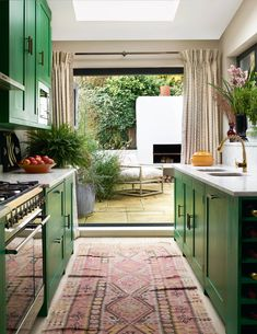 When furnishing her own home, decorator Sarah Vanrenen did not hold back on fabrics and colour, transforming a drab Victorian terraced house into a bold expression of her personal style. Victorian Terrace House, Victorian Homes, Kitchen Ideas Victorian House, Victorian Gardens, Victorian Farmhouse, Green Cabinets, Kitchen Cabinets, Home Interior, Kitchen Interior