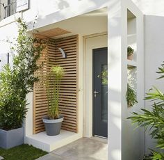 Eine Pflanze und moderne Veranda You are in the right place about house plants decor spaces Here we offer you the most beautiful pictures about the house plants decor indoor House Design, Home, House With Porch, House Front, Modern Porch, House Exterior, Porch Design, Front Door, Minimalist Home