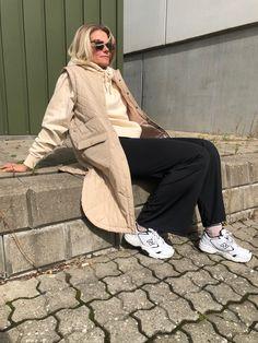 Nicmasi er en lang og letvatteret vest fra Moves. Vesten er designet med en rund krave, to lommer, trykknapper og er detaljeret med et nyt take på quilt.   Veste er en af sæsonens helt store musthaves, da de kan pifte ethvert outfit op! De kan styles på mange forskellige måder og giver et super cool lag på lag look! Lag, Normcore, Outfits, Collection, Style, Fashion, Swag, Moda, Suits