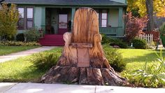 This tree stump chair is in a town near my home how creative ! Wood Stumps, Tree Stumps, Tree Chair, Diy Bank, Garden Furniture Design, Diy Furniture, Pergola, Outdoor Trees, Giant Tree