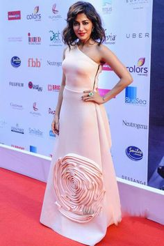 #Chitrangada Singh in Off-Shoulder Gown at Miss India 2015 Pageant. Chitrangda also helped attended the #FeminaMiss India pageant sporting a pink Gauri and Nainika #gown design with a tousled updo, trademark smoky eyes and a red lip finishing out her judge look.While she looked nice which she always does, given the color of the gown online, I would've preferred to see a statement ruby ring instead of the emerald one she sported. I also wish the bust fit was a bit more seamless.P.S. Her…