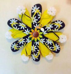 Spring door decorations diy flip flops ideas for 2019 Flip Flops Diy, Flip Flop Craft, Burlap Ribbon Wreaths, Deco Mesh Wreaths, Door Wreaths, Wreath Crafts, Diy Wreath, Hat Crafts, Flamingo Craft