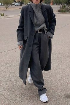 """Loose Trousers Are the Latest """"Ugly"""" Trend Eclipsing Jeans   Who What Wear Winter Fashion Outfits, Look Fashion, Korean Fashion, Fashion Pants, Mode Outfits, Casual Outfits, Mode Simple, Looks Street Style, Looks Black"""