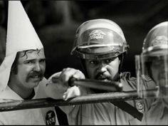 Policier Noir protège un membre du KKK. 1983.
