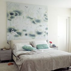 Goldenfarbige Tafel Mit Malerschalblonen An Der Wand Im ... Feng Shui Schlafzimmer Fototapete