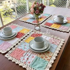 Crochet/Fabric Coasters via AncasWelt Adaptando um ótimo jogo americano - fabric and crochet coasters by Anca Die Welt vo Patchwork Tutorial, Patchwork Ideas, Crochet Kitchen, Crochet Home, Kitchen Fabric, Crochet Fabric, Lace Fabric, Fabric Crafts, Sewing Crafts