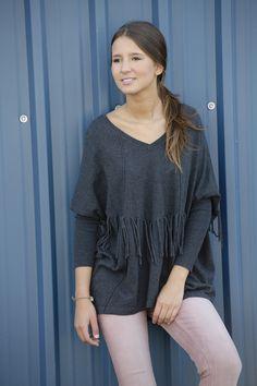 Jersey de flecos gris y pantalon rosa. www.amichi.es