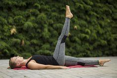 FOTOTRÉNING: 5x účinné cviky na posilnenie kolena a odstránenie bolesti - Fitshaker Ballet Dance, Dance Shoes, High Socks, Slippers, Fashion, Dancing Shoes, Moda, Thigh High Socks, Fashion Styles