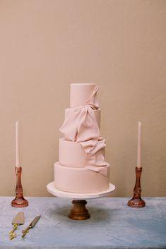 6 Wedding Cake Trends in 2020 Bow Wedding Cakes, Black Wedding Cakes, Wedding Cake Designs, Bow Cakes, Cake Accessories, Fresh Flower Cake, Cake Trends, Wedding Cake Inspiration, Wedding Ideas