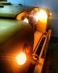 Land Rover Series II Frontal. Lights on. So nice. Lobezno.