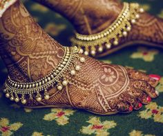 If you are shopping jewelry for your wedding then check latest Payal designs ideas 2019 for bride & her bridesmaids. Get some beautiful anklet designs 2019 that will make your feet look gorgeous. Indian Accessories, Bridal Accessories, Wedding Jewelry, Gold Jewelry, Gemstone Jewelry, Jewelry Bracelets, Feet Jewelry, Ankle Jewelry, Oxidised Jewellery