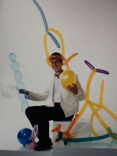 Goochelaar en buikspreker Aarnoud Agricola is geen ballonartiest, maar hij zit hier wel tussen allerlei ballonfiguren in het begin van de jaren negentig.
