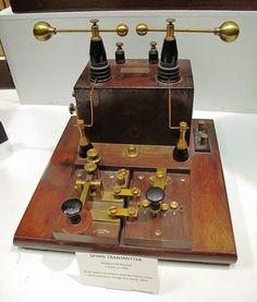 Spark gap transmitter - Émetteur à étincelles — Wikipédia Radios, Radio Amateur, Spark Gap, Nerf, Tesla Coil, Instruments, Diy Electronics, Ham Radio, Electrical Engineering