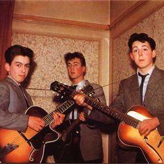 05 de mayo de 1960, el grupo de skiffle de Liverpool The Quarry Men decidieron cambiar su nombre a The Silver Beetles luego de una sugerencia por parte de su guitarrista, John Lennon, actuando sobre la sugerencia de un músico colega Brian Cass que se convirtieron en Long John and the Silver Beetles.
