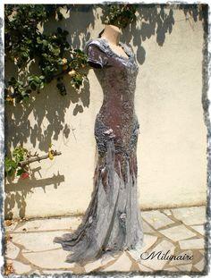 Velours fin, dentelles, tulle, perles, fibres et filaments, cette robe féerique ou bohème conviendrait à une soirée. Le velours est bleu pétrole avec des reflets irisés de bordeaux qui changent selon la lumière et la présence du soleil. Elle peut aussi...
