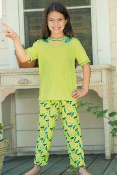 Pijama manga corta capri Ref: 1646 Tallas: 2, 4, 6, 8, 12,14,16 Colores: limón brillante, coral neón, confite