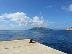 Isola di Levanzo - L'isola di Favignana vista dal molo di Levanzo | da Lorenzo Sturiale