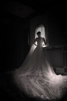 분위기 있게 신부의 전신 담기 신부의 얼굴만 클로즈업하는 대신 결혼을 상징할 수 있도록 길게 펼쳐진 웨딩드레스를 포함하는 전신을 담아보도록 하자. 광각을 이용하여 웨딩드레스가 길게 드리워진 모습을 담으면 아주 넓은 장소에 있는 것 같은 착각을 불러일으킨다. 창가의 불빛에 노출을 맞추어 주변이 모두 어둡게 나오도록 설정해야 신비하고도 웅장한 느낌을 줄 수 있다. 어두운 실내에서 스트로보 없이 촬영하는 상황이므로 전체적으로 이미지가 어둡게 표현될 수밖에 없었는데, 포토샵에서 Soft Light, Multiply 블렌딩 모드를 적용하여 밝기를 조정했기 때문에 노이즈가 심해 보인다. 하지만 노이즈가 있는 모습이 더 자연스럽고 분위기 있어 보인다.