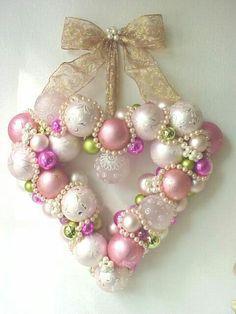 Usar os símbolos de Natal em cor de rosa só pra variar! Divirta-se e boas festas! Adorei !!!!