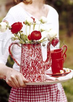 Ana Rosa - Red 'n White Ranunculus in red 'n white enamel ware. I See Red, Deco Floral, Red Kitchen, Vintage Kitchen, Kitchen Decor, White Cottage, Red Gingham, White Decor, Shades Of Red