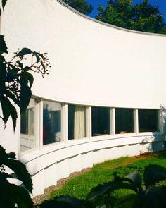 Aallon kotitalon esittelyn jälkeen on ehdottomasti jaettava muutama otos sen naapurikohteesta Alvar Aallon studiosta Munkkiniemessä. Kun kotitoimisto oli käynyt 1950-luvun alussa auttamattomasti pieneksi piirsi Aalto kasvavan toimistonsa tarpeisiin uuden valkoisena hohtavan studion kivenheiton päähän kodistaan. Kuva on napattu rakennuksen atriumpihalta. Pihan portailla nuoret arkkitehdit istuivat kahvilla ja tupakilla pitkien piirustussessioiden välillä. Atriumpihan lisäksi heti nähtävissä…