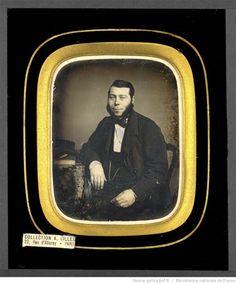 [Portrait d'homme, à mi-corps, assis, de trois-quarts à gauche, l'avant-bras…