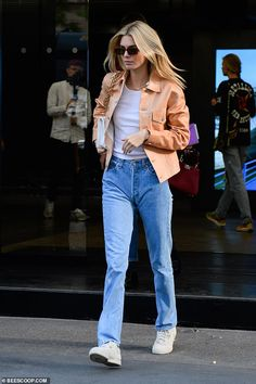 Kendall Jenner Style 733805333018450805 - Kendall Jenner nails casual chic as the newly-blonde star steps out during Milan Fashion Week Kendall Jenner Nails, Kendall Jenner Casual, Kendall Jenner Mode, Kendall Jenner Fashion, Street Style Outfits, Look Street Style, Casual Outfits, Fashion Outfits, White Converse Outfits