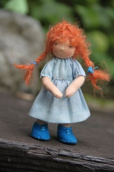 Esta niña es de 4.5 de alto. Ella está hecha de sheepswool alrededor de una armadura de pipecleaners que la hace muy desechables. Su piel está hecha de punto interlock de salmoncolored y tiene el cabello con dos coletas de mohair naranja rizo Sus zapatos woolfelt son sembradas en apenas como su vestido y su ropa interior. Su chaqueta de punto de algodón azul turkoise y es desmontable al igual que su sombrero de ganchillo. Ella tiene una pequeña nariz y sus ojos son embroiderd.  Mis muñecas…