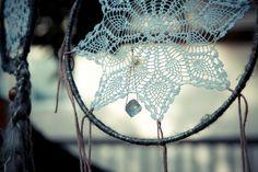 Delicate-like Dream Catcher Diy Crochet Dreamcatcher, Macrame, Arts And Crafts, Diy Crafts, Scrapbooking, Good Looking Women, How To Look Better, How To Make, Crochet Doilies