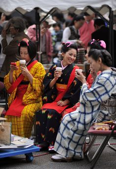 I took this snapshot of four beautiful women in different kinds of traditional Japanese patterned kimono, enjoying a break while chatting and drinking Starbucks coffee. I really think Starbucks cou...