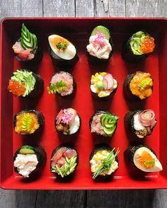 Love Temari💓#omotenashi #foodstagram #fooddiary #foodpic @thefeedfeed . #こんな蔵出しpicもあります🙌🏼♪ #おもてなし #手毬寿司 #重箱 #手毬軍艦って作ってる時ついついニヤニヤしちゃう😂 .… Sushi Menu, Sushi Cake, Japanese Food Sushi, Japanese Dishes, Temari Sushi, Cooking Sushi, Sushi Style, Food Plating Techniques, Mochi
