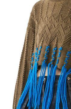 ------Sfilata Im Isola Ma inspiration sweater knitwearSecession - Knitting Pat. Knitwear Fashion, Knit Fashion, Fringe Fashion, Fashion Goth, Fashion Trends, Knitting Designs, Knitting Patterns, Kleidung Design, Fringe Sweater