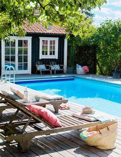 Nedsänkt pool från Folkpool. Här i ett insynsskyddat läge med lite skugga från omgivande växtlighet. Backyard Pool Designs, Small Backyard Pools, Pool Decks, Outdoor Pool, Outdoor Spaces, Outdoor Living, New England Homes, Pool Houses, My Dream Home