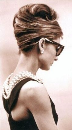 Audrey Hepburn- Love the hair! Had mine styled like this for a wedding.just because I wanted Audrey Hepburn hair! Pretty People, Beautiful People, Beautiful Flowers, Pin Up, Corte Y Color, Popular Hairstyles, 1960s Hairstyles, Modern Hairstyles, Beautiful Hairstyles