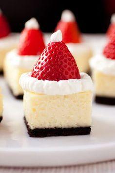 Cake hapje, Kersttraktatie, cake, slagroom en 1 aardbei, zo leuk idee!