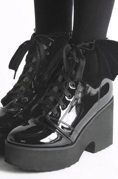 02f7dcad0048f Iron Fist Clothing - Ladies Fashion. Scarpe CarinePugno Di ...