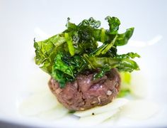 Tatar vom Wildschwein mit Schwarzwurzel-Salat und frittiertem Schwarzkohl