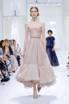 by: Mel-Lo Princess dresses and queen costumes at the Dior Couture show Oscar Dresses, Evening Dresses, Pretty Outfits, Pretty Dresses, Runway Fashion, Fashion Show, Live Fashion, Fashion Design, Dior Dress