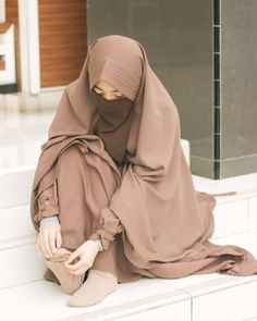 Image may contain: one or more people and people s. Niqab Fashion, Modern Hijab Fashion, Hijab Fashion Inspiration, Muslim Fashion, Fashion Outfits, Hijab Niqab, Muslim Hijab, Hijab Chic, Arab Girls Hijab