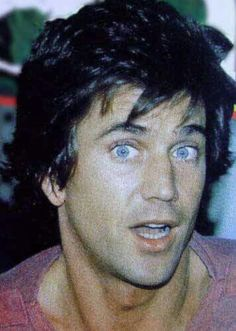 Look at those come to bed eyes.you are drop dead gorgeous baby! Mel Gibson Young, Mad Max Mel Gibson, Beautiful Men, Beautiful People, Dead Gorgeous, Chin Up, Hot Hunks, Celebs, Celebrities