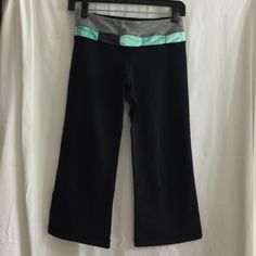 FLASH SALE Lululemon groove crop - size 4  FLASH SALE:  TONIGHT ONLY! Lululemon groove crop - size 4. Got these a while back and only wore them twice. Still has rip tag and dot to verify size.  Inside waist features hidden compartment.  Excellent condition!!! lululemon athletica Pants Ankle & Cropped