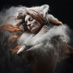 Artista desenvolve ensaio fotográfico apresentando pessoas banhadas por cinzas | Magnatas