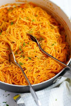 Roasted Red Pepper Pasta that's creamy, savory and mouth-watering. You can whip this up in less than 30 minutes for an easy weeknight meal! meals few ingredients Creamy Roasted Red Pepper Pasta Vegtable Soup Recipes, Instapot Soup Recipes, Whole30 Soup Recipes, Quick Soup Recipes, Cabbage Soup Recipes, Vegetarian Recipes, Cooking Recipes, Pepper Pasta Recipe, Roasted Red Pepper Pasta