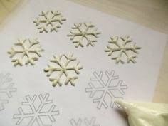 frozen cupcakes Whether youre looking for Frozen-themed cupcakes for a birthday party or celebrating winter, enjoy these Snowflake Cupcakes made with a simple template. Snowflake Stencil, Snowflake Cake, Frozen Snowflake, Snowflake Template, Template Cupcake, Cake Templates, Christmas Topper, Christmas Cupcakes, Frozen Birthday Party