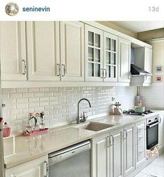 59 ideas for shabby chic apartment decor cabinets Shabby Chic Kitchen, Country Kitchen, New Kitchen, Shabby Chic Apartment, Kitchen Decor Themes, Home Decor, Casa Clean, Small Space Interior Design, Vintage Design