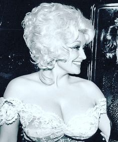 Dolly Parton Beautiful Old Woman, Pretty Woman, Classic Hollywood, Old Hollywood, Dolly Parton Costume, Dolly Parton Pictures, Rita Moreno, Pose Reference Photo, Hello Dolly
