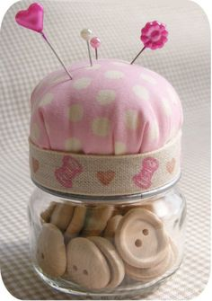 11 Baby Food Jar Crafts - LOVE this idea! Could be done with any type of jar a space for sewing supplies and the top for a pin cushion! Baby Jars, Baby Food Jars, Food Baby, Baby Food Jar Crafts, Mason Jar Crafts, Mason Jars, Recycled Crafts, Diy And Crafts, Summer Crafts